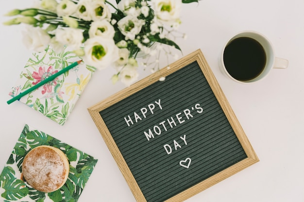Inscripción del día de la madre feliz con café y donut