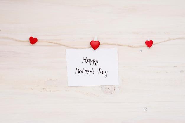 Inscripción para el día de la madre feliz clavada a la cuerda