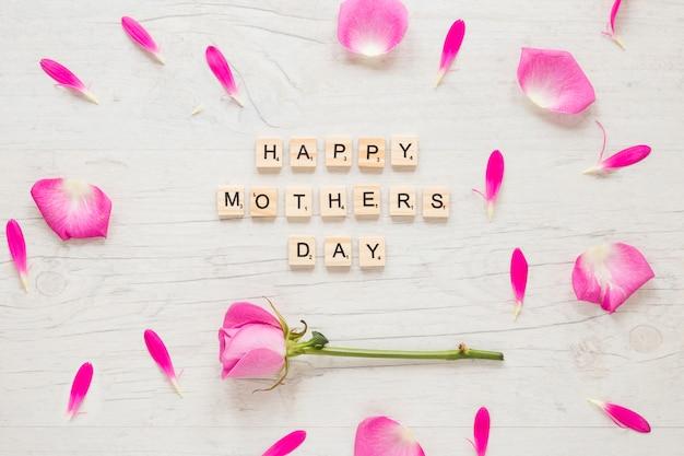 Inscripción del día de la madre feliz con flor color de rosa