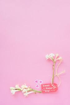 Inscripción del día de la madre feliz con flores blancas