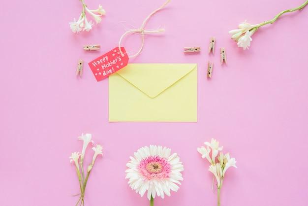 Inscripción del día de la madre feliz con flores y sobre