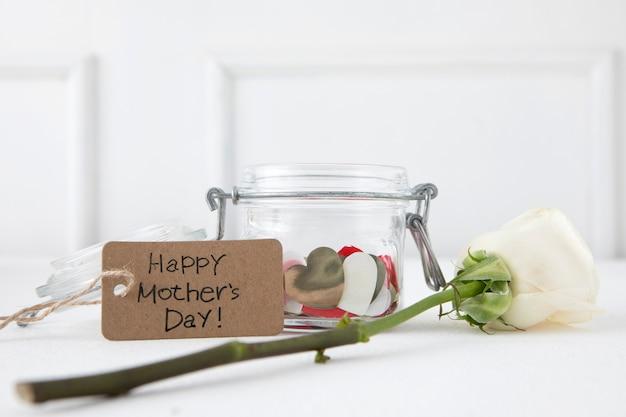 Inscripción del día de la madre feliz con rosa blanca