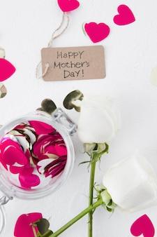 Inscripción del día de la madre feliz con rosas y corazones de color rosa