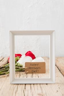 Inscripción del día de la madre feliz con rosas y marco