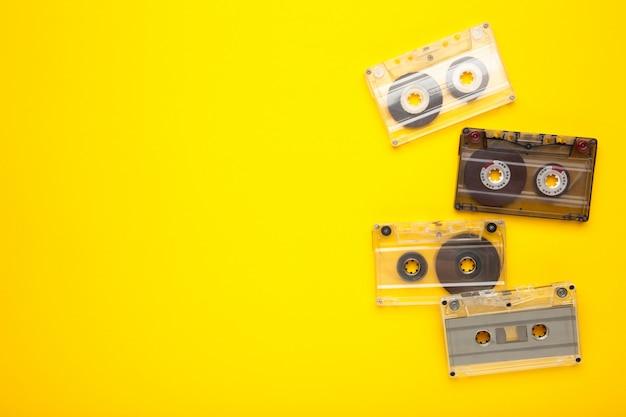 Inscripción día de la música con viejos cassettes sobre un fondo amarillo. dia de la musica