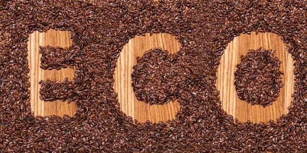 La inscripción eco de semillas de lino en la mesa de madera