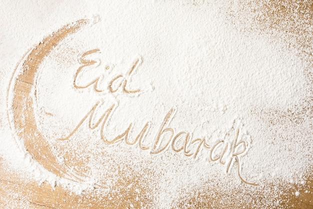 Inscripción de eid mubarak sobre harina.