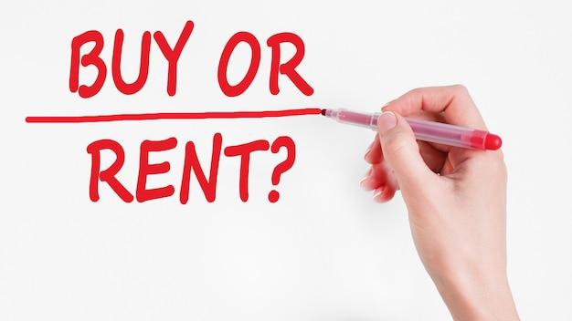 Inscripción de escritura a mano comprar o alquilar con marcador de color rojo.