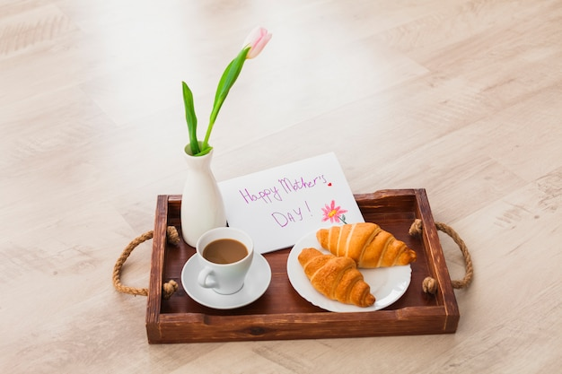 Inscripción feliz del día de las madres con café en bandeja