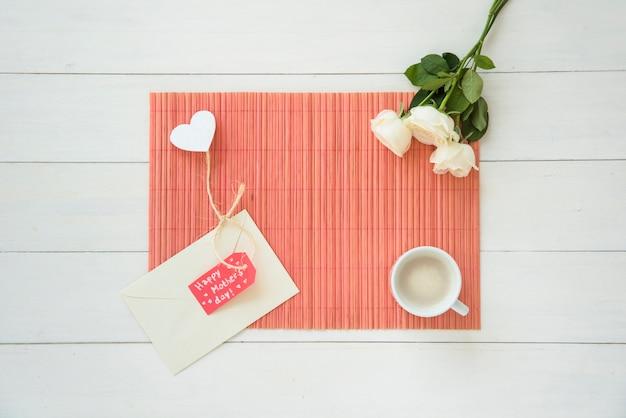 Inscripción feliz del día de las madres con rosas y café