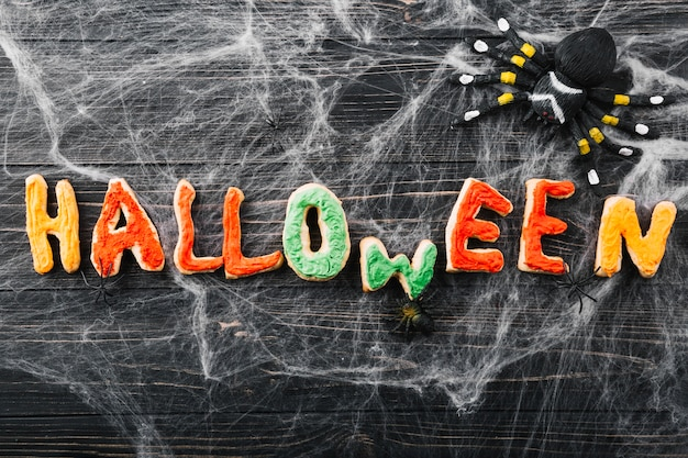 Inscripción de halloween de galletas y arañas