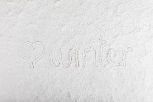Inscripción de invierno en superficie de nieve