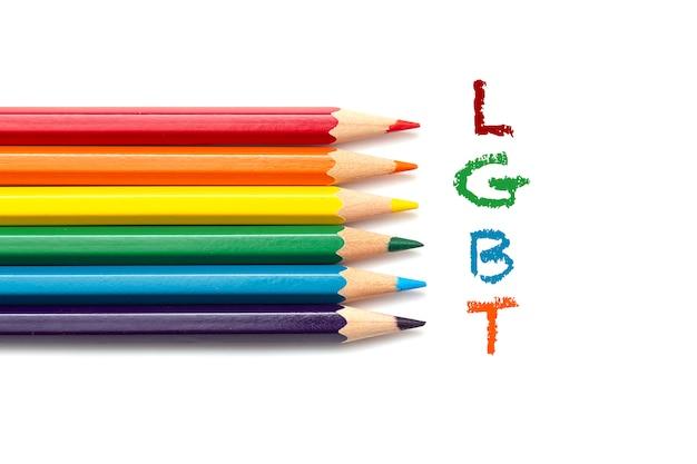 Inscripción lgbt y lápices de colores.