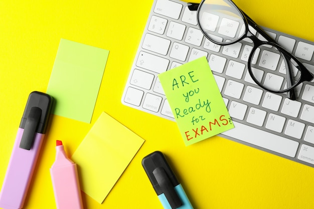 Inscripción ¿estás listo para los exámenes ?, teclado y estacionario en superficie amarilla, vista superior