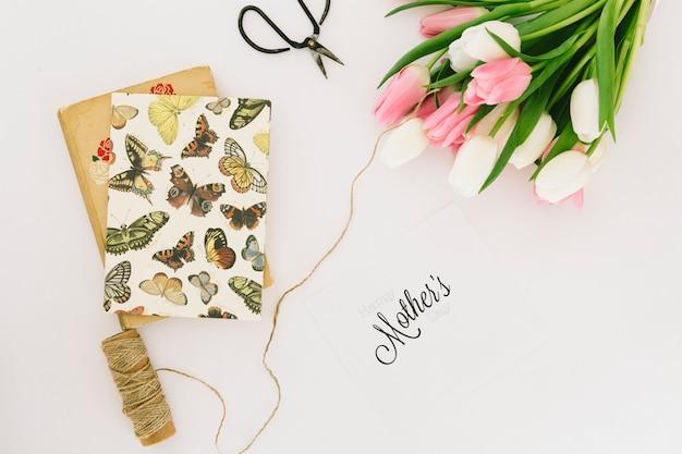 Inscripción de madres con ramo de tulipanes.