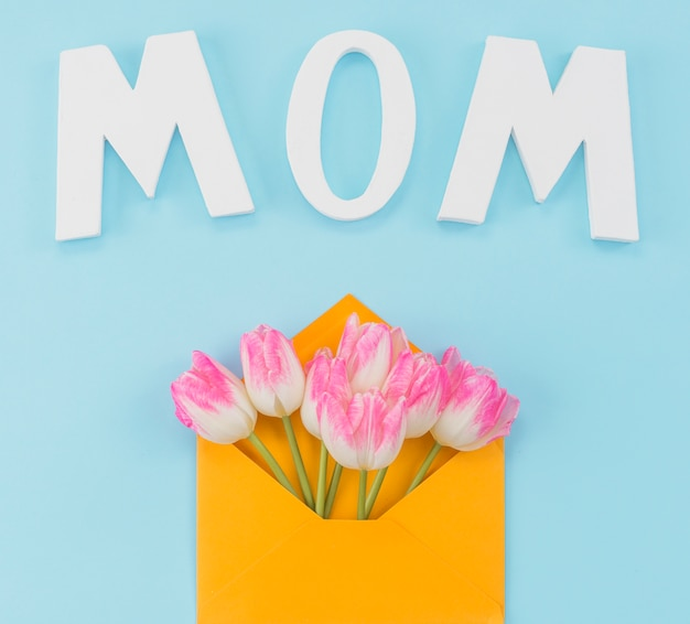 Inscripción mamá bajo envolvente con tulipanes