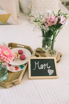 Inscripción de mamá con flores y macarrones.
