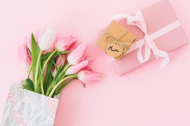 Inscripción de mamá con tulipanes y caja de regalo.