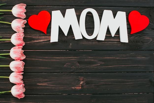 Inscripción de mamá con tulipanes en mesa