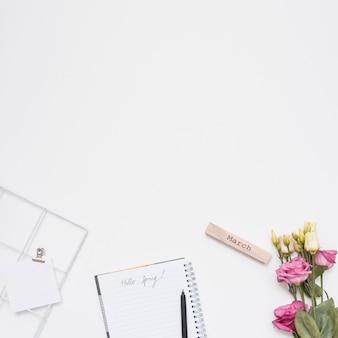 Inscripción de marzo con rosas y cuaderno.