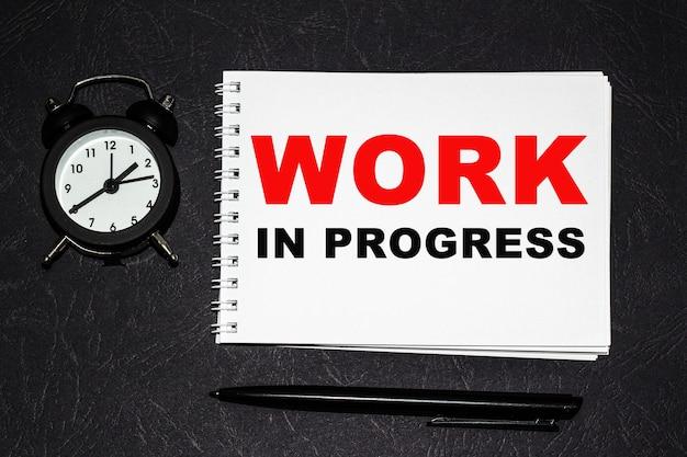 Inscripción metas 2021 en un fragmento blanco. cuadernos, reloj y un bolígrafo sobre la mesa para obtener información sobre un fondo negro