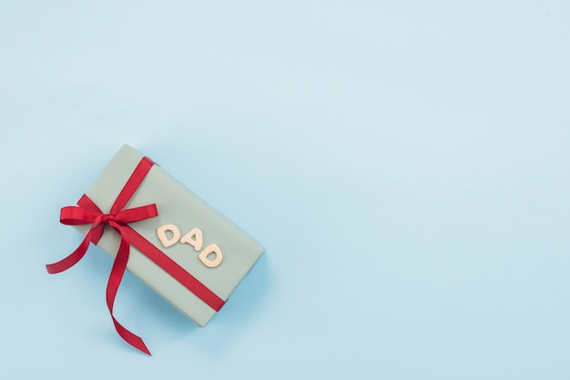Inscripción de papá con caja de regalo.