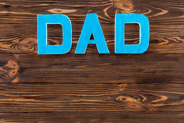 Inscripción de papá en mesa de madera