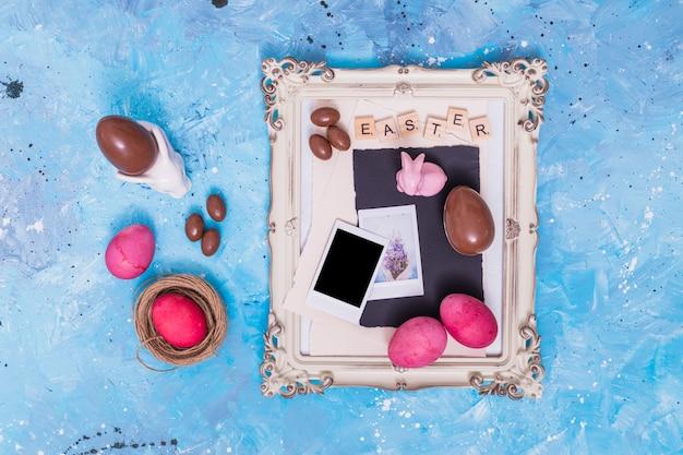 Inscripción de pascua con huevos en marco