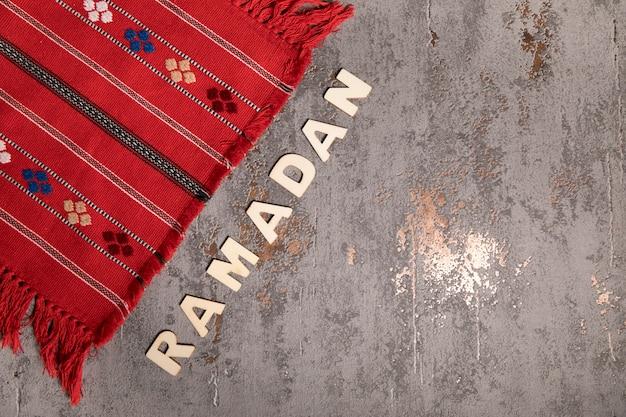 Inscripción de ramadán en mesa gris.