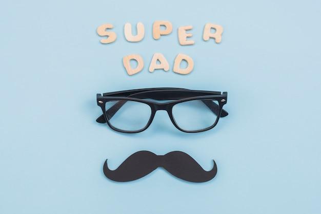 Inscripción de super papá con gafas y bigote negro.