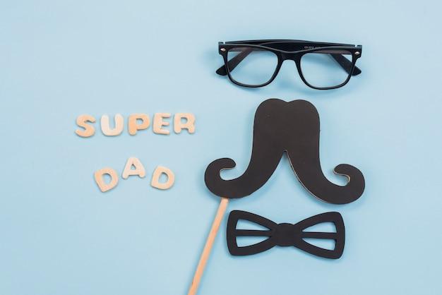Inscripción de super papá con gafas y bigote.