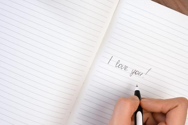 Inscripción te amo escrita en el bloc de notas forrado