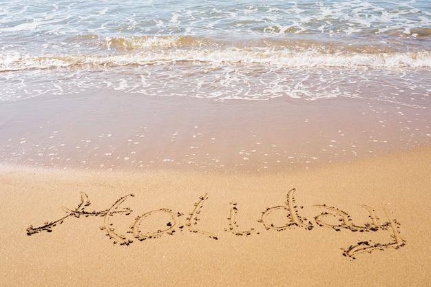 Inscripción de vacaciones en una playa de arena tropical