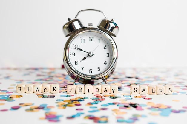 Inscripción de ventas de viernes negro en cubos blancos con reloj.