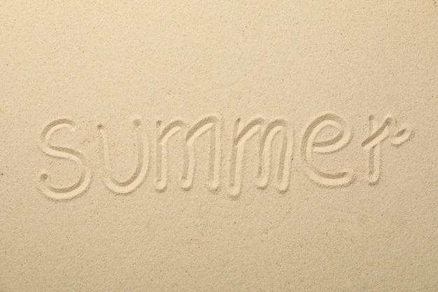 Inscripción verano en arena de mar, vista superior