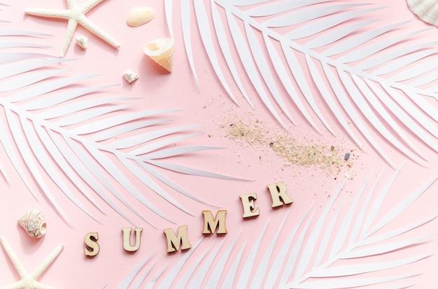 Inscripción de verano con hojas de palmera y estrellas de mar.