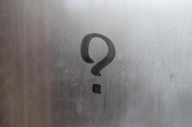 La inscripción en vidrio, concepto de signo de interrogación.