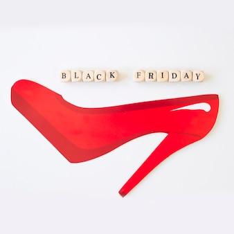 Inscripción viernes negro en cubos con zapato de papel.