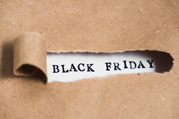 Inscripción viernes negro entre papel artesanal.