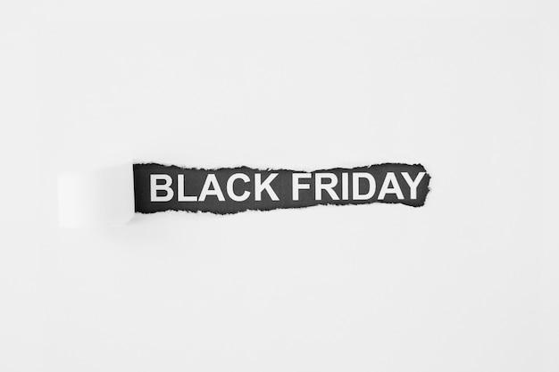 Inscripción viernes negro bajo papel rasgado