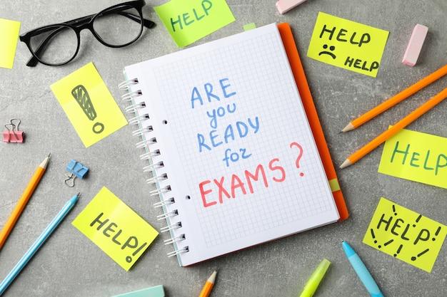 Inscripciones ¿estás listo para los exámenes? y ayuda sobre superficie gris, vista superior