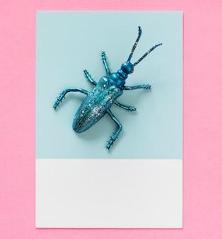 Insecto en miniatura de colores en un papel