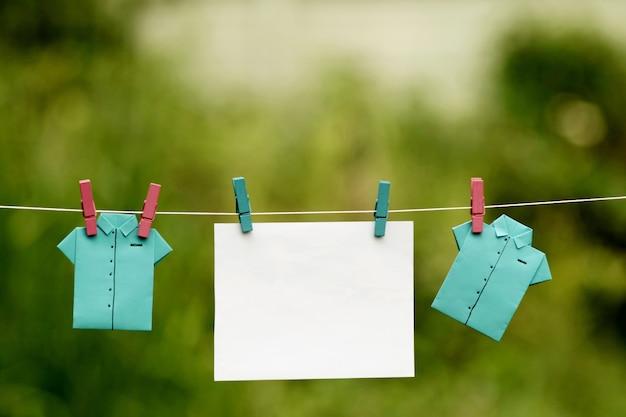 Para insertar una foto conmemorativa entre dos camisas de papel plegadas que cuelgan.