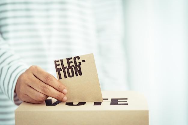 Inserto de papel marrón en la casilla de votación