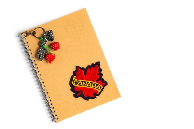 Una insignia de canadá en un cuaderno marrón