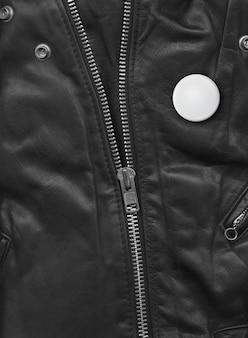 Insignia en una vista cercana de la chaqueta de cuero negro. textura de fondo
