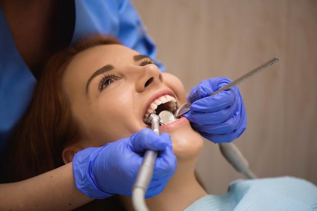 Inspección dental en clínica