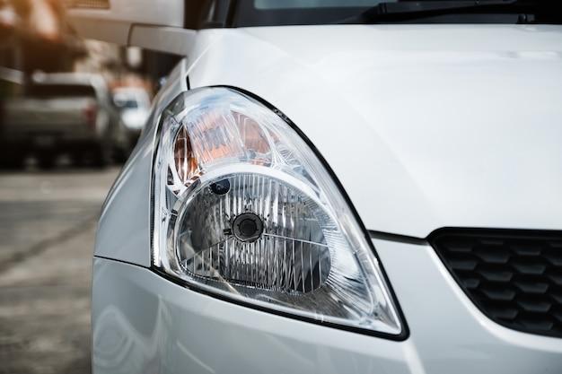 Inspección de los faros de los automóviles y las señales de giro antes de partir.