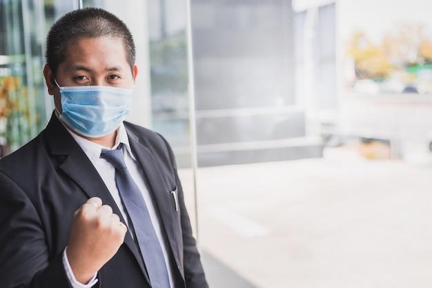 Inspección del hombre o negocio del hombre en la ciudad con covid 19 para detener el virus covid 19 covid-19 o corona protegido ayuda a proteger para el mundo y las personas detener la advertencia de virus