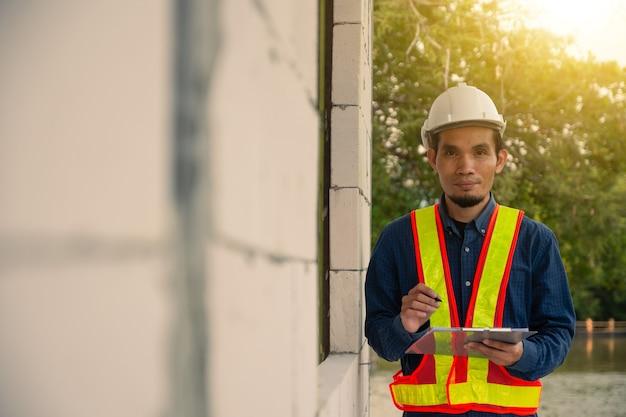 Inspección de ingeniero de arquitectura en el sitio de construcción de bienes raíces
